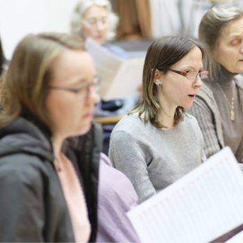 Der Motettenchor bei der Dienstagsprobe (zur Vorbereitung des Passions-Konzertes 2018)